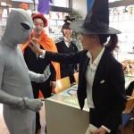 メイクをする上野マン(後ろにいるオレンジ色のマント姿の男は来年小澤マンへと変身します)